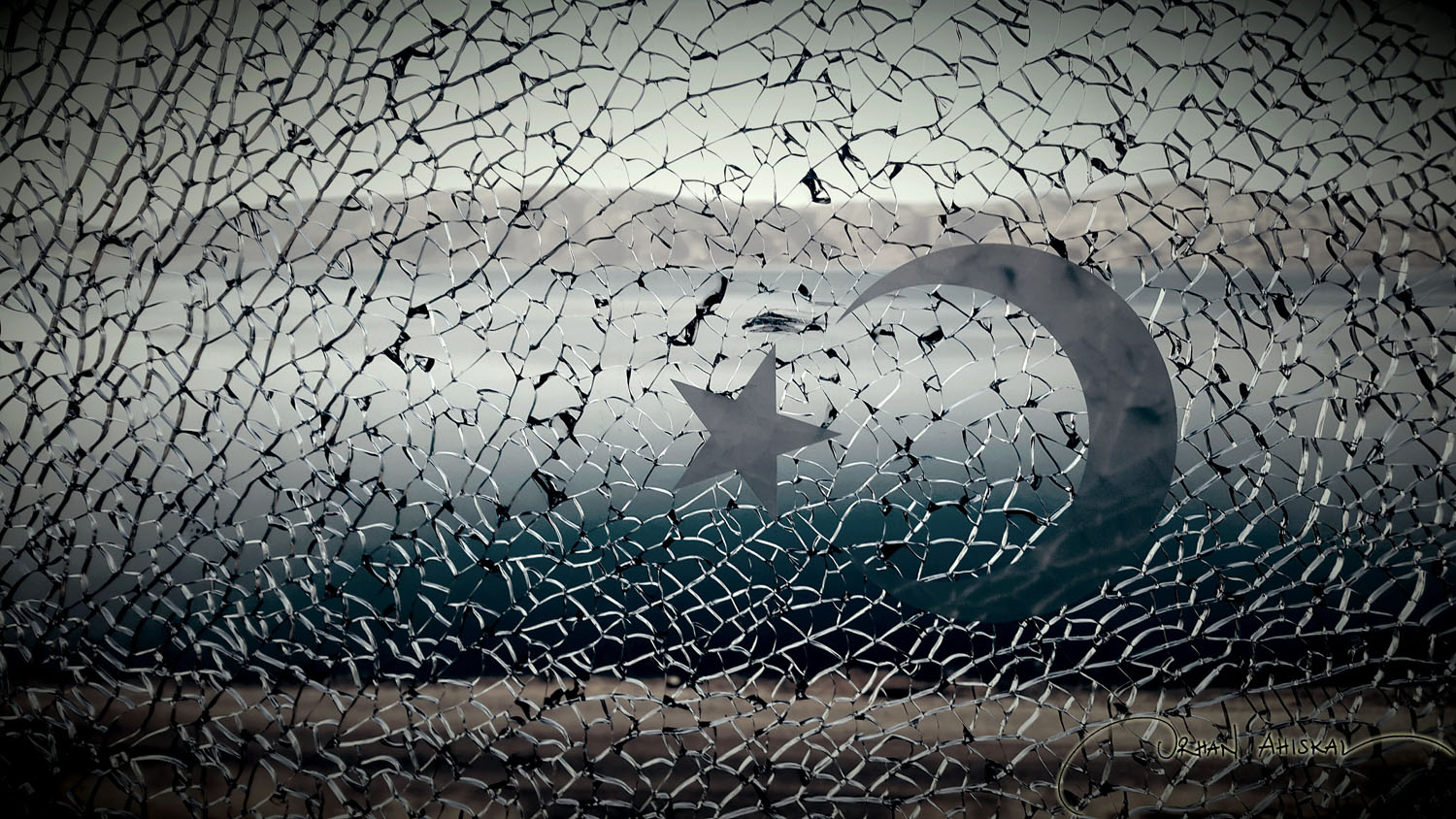 Train window shattered by a thrown rock. Photo: Orhan Ahıskal